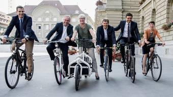 Fährt ohne Helm Velo und fordert dass dies auch für E-Bikefahrer so bleibt: IG-Velo-Präsident und Nationalrat Matthias Aebischer (2. v.r.).
