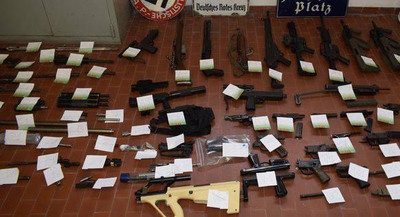 Die Polizei fand zahlreiche Waffen und alte Nazi-Plaketten im Haus von Fabio Del Bergiolo.