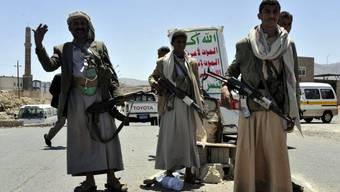 Huthi-Kämpfer bei einem Checkpost in der Hauptstadt Sanaa