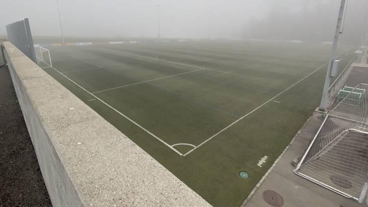 Der Kunstrasen Burkertsmatt im Nebel.