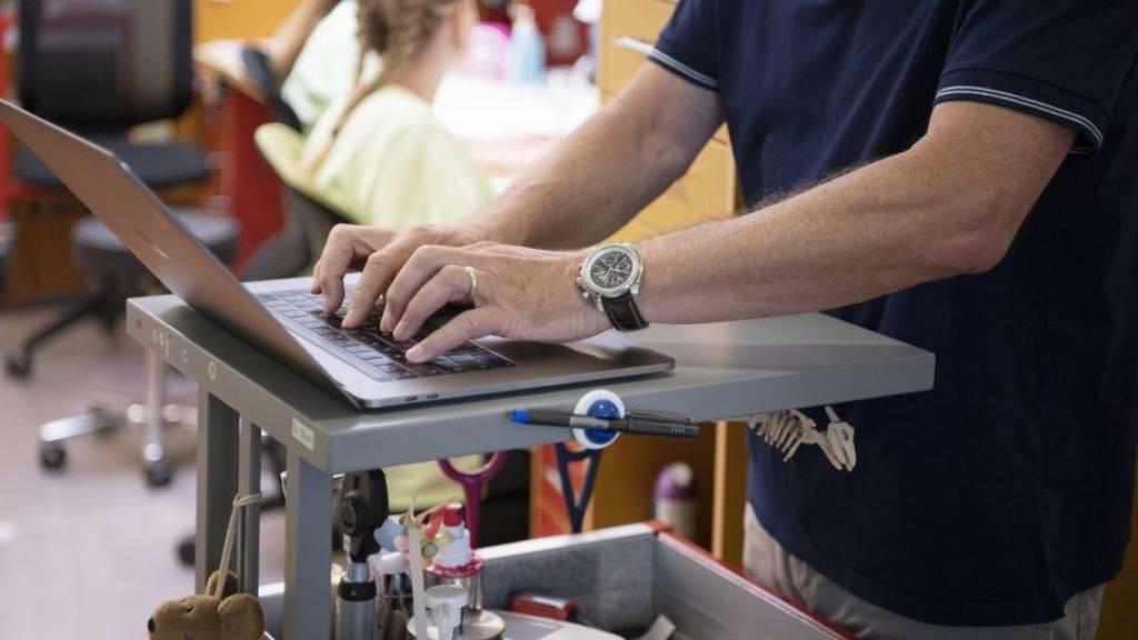 Fast drei Viertel der Ärzte und Ärztinnen unter 44 Jahren führen die Dossiers ihrer Patienten vollkommen elektronisch. Von den über 55-jährigen Berufskollegen sind es nicht einmal vier von zehn. (Symbolbild)