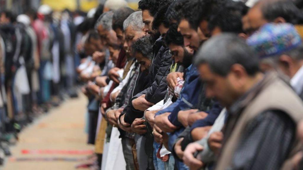 Muslime beten auf einer Strasse in Srinagar. (Archivbild)