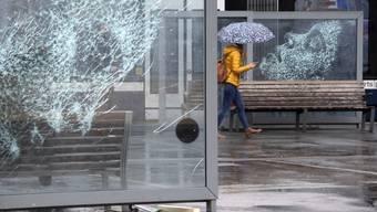 Zum Tag der Pressefreiheit am 3. Mai zeigt der Berner Künstler Simon Berger in Genf seine Glaskunst: Die zersplitterten Scheiben lassen Frauenporträts aufscheinen. Damit verweist der Künstler auf die Zerbrechlichkeit von Pressefreiheit weltweit und erinnert an inhaftierte Journalistinnen.