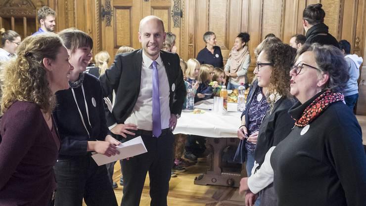 Politik aus erster Hand: Zwei Schülerinnen (2. von links und 2. von rechts) lassen sich von Grossratspräsident Joël Thüring (Mitte) den Ratsbetrieb zeigen.