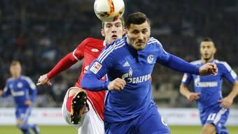 Der Mainzer Stefan Bell (links) spitzelt Schalkes Sead Kolasinac den Ball weg