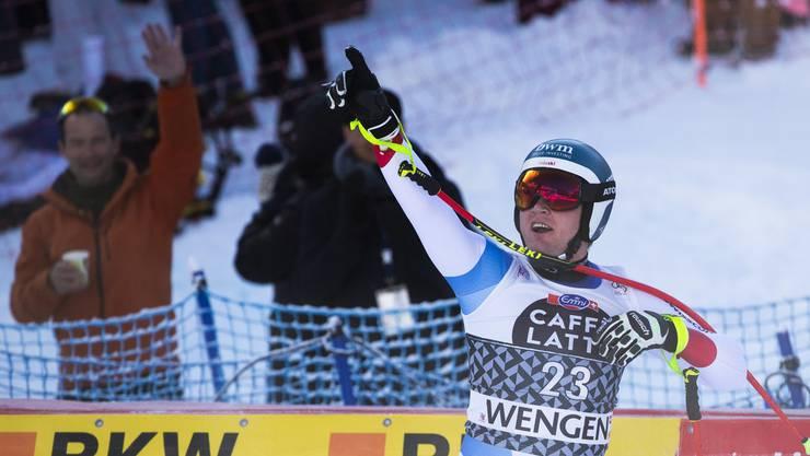 Niels Hintermann freut sich über seinen Erfolg in der Lauberhornabfahrt.