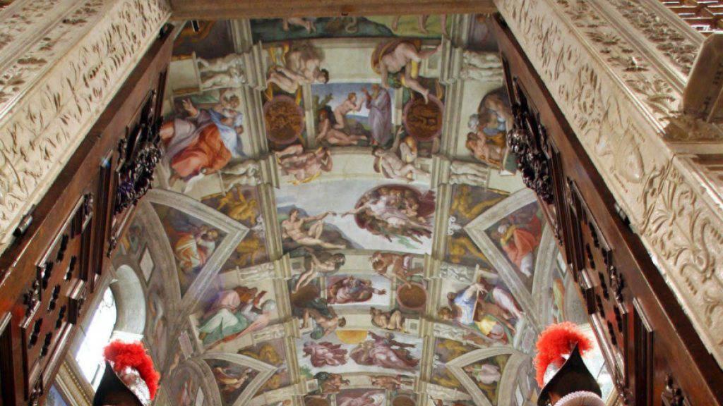 Die Päpstliche Schweizergarde in der Sixtinischen Kapelle im Vatikan vor dem Deckengemälde Michelangelos. Eine Kopie des Gebäudes samt der Fresken steht neuerdings in Mexiko-City. (Archivbild)