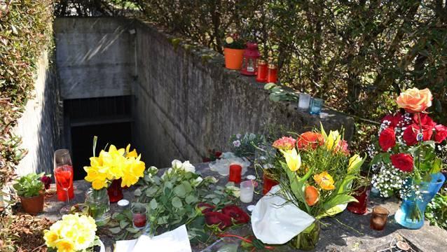 Blumen erinnern an den Tod des 20-jährigen Patric G. in Bremgarten.