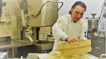 Schon einen Tag nach Bekanntgabe der Rettung des «Himmels» packte der neue Inhaber Dominik Frei am Sonntag in der Backstube in Baden mit an. «Wir wollen den Badenern die Freude am Brot zurückgeben.»