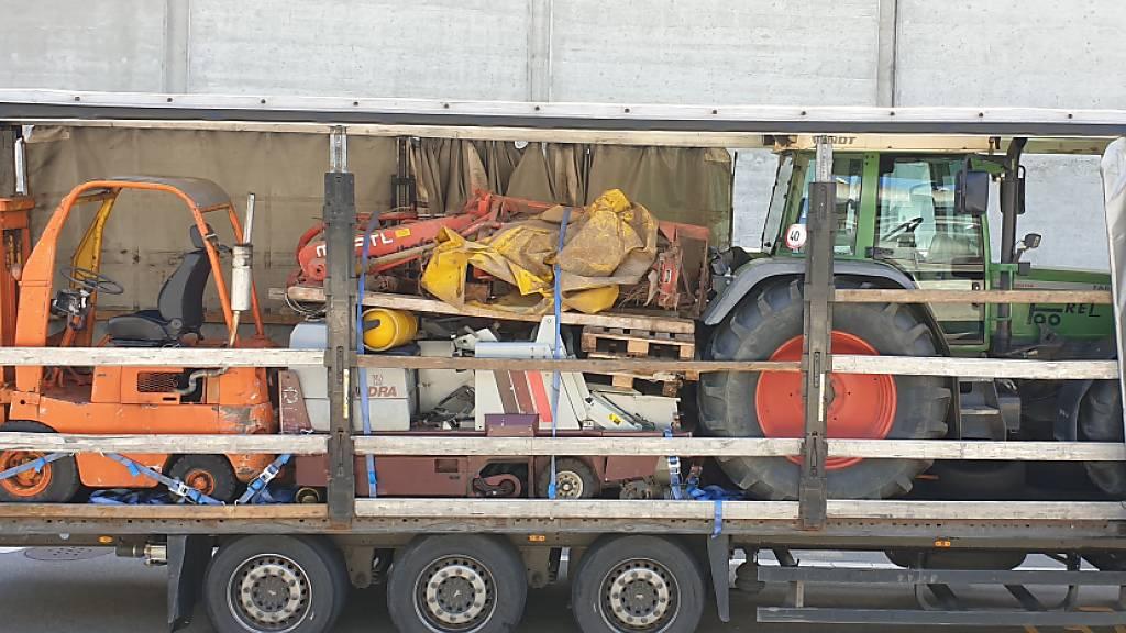 Polizei zieht überladenen Lastwagen aus dem Verkehr