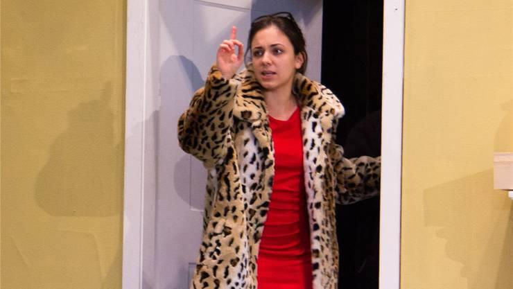 Lara (Valentina Häusermann) ist die Ehefrau des vermögenden Eugen Hammerschmidt.