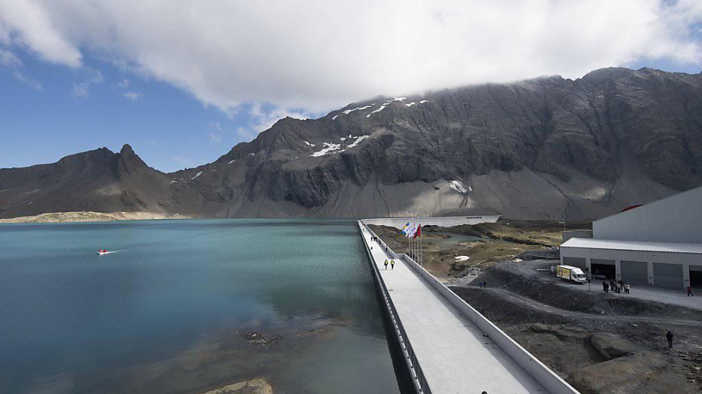 Die Staumauer Muttsee des Axpo-Pumpspeicherwerks Limmern in Linthal. Die Mitglieder von Swiss Engineering sehen laut Umfrage in der Wasserkraft eine Zukunftstechnologie für die Energiewende. 84,3 Prozent von 1274 Befragten fanden, die Wasserkraft solle maximal genutzt werden. (Archiv)