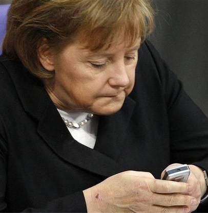 Merkel beim Simsen.