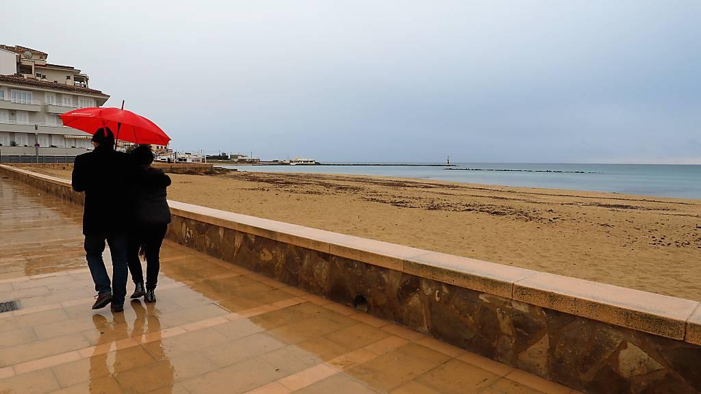 Der fast leere Strand von Palma. Foto: Clara Margais/dpa