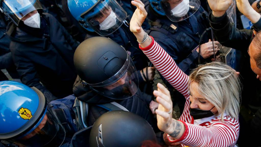 Polizisten und Demonstranten geraten bei einem Protest von Gastronomen in Rom aneinander. Foto: Cecilia Fabiano/LaPresse via ZUMA Press/dpa