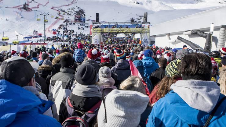 Die Menschenmenge strömt nach der Absage aus dem Zielraum.