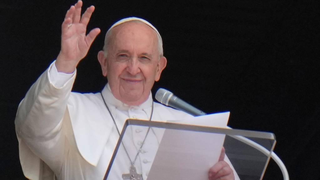 ARCHIV - Papst Franziskus ist wegen eines Darm-Leidens erfolgreich operiert worden. Foto: Alessandra Tarantino/AP/dpa