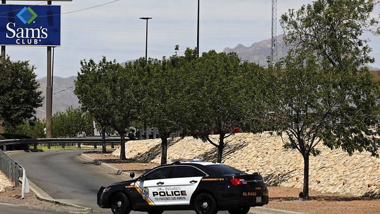 Schüsse im Einkaufszentrum: Ein Polizeiauto steht an der Einfahrt zu dem Walmart in El Paso, Texas.