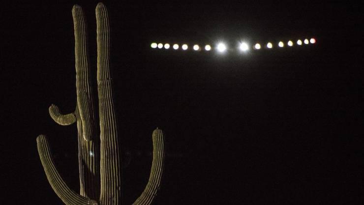 """Die """"Solar Impulse 2"""" am Nachthimmel kurz nach dem Start in Arizona."""