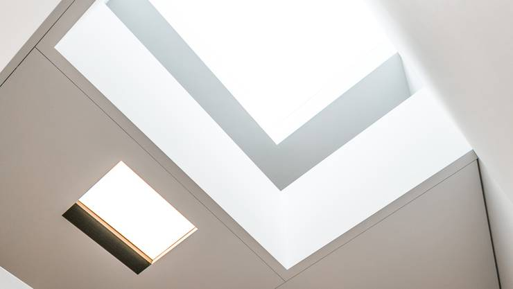 Beim Blick nach oben sieht der Besucher direkt durch alle Etagen durch das Dachfenster zum Himmel.