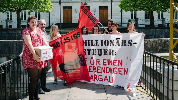 Die damalige Juso-Präsidentin Mia Gujer (links) und neben ihr der damalige Gewerkschaftsbund-Präsident Kurt Emmenegger mit Unterstützern bei der Einreichung der Millionärsinitiative.