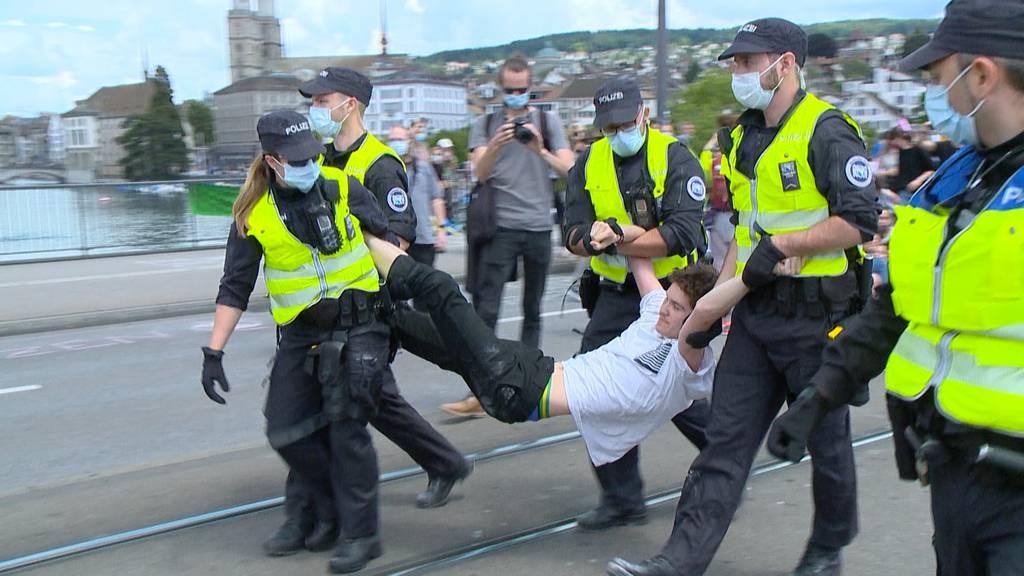 Nach Verkehrschaos: Polizei trägt Klimaaktivisten von Quaibrücke