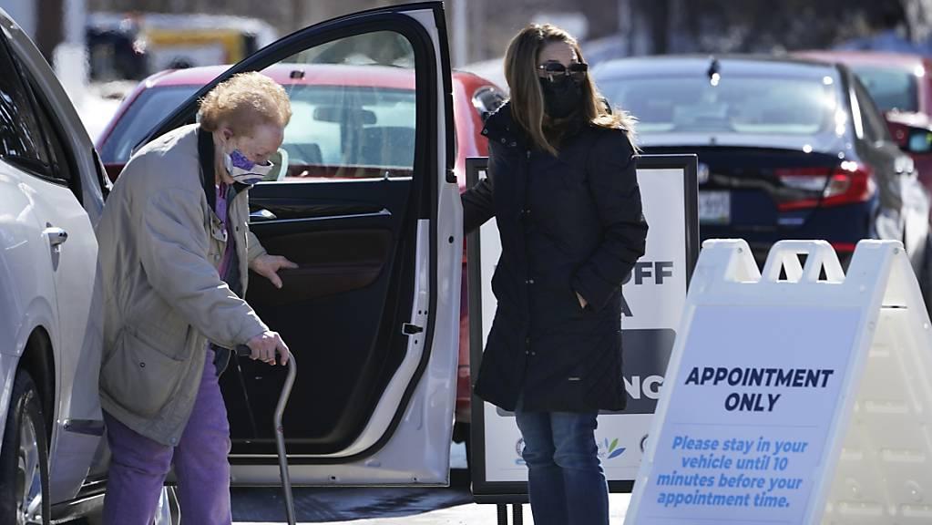 Eine ältere Frau kommt zu einer Corona-Impfstelle im Augusta Civic Center in Augusta, Maine.