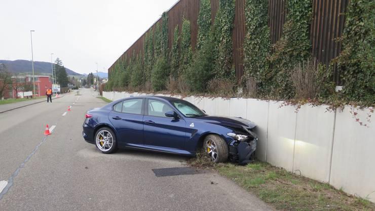 Am Samstag kollidierte ein Auto auf der Hauptstrasse in Biel-Benken mit einer Betonmauer. Verletzt wurde zum Glück niemand.