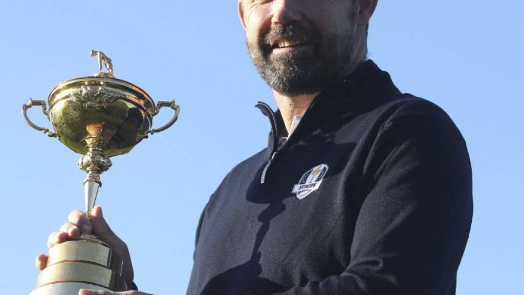 Padraig Harrington präsentiert sich bereits mit dem Ryder Cup - aber vorerst nur für die Fotografen