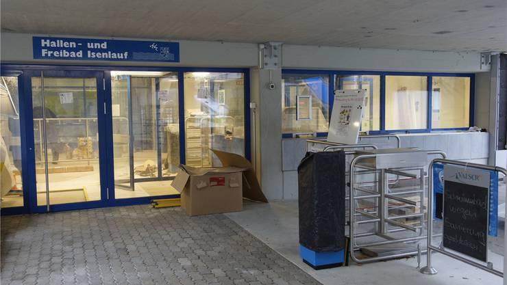 Die Renovationsarbeiten am Hallenbad laufen auf Hochtouren – die Eintrittspreise werden wegen der Reparaturarbeiten künftig steigen. Dominic Kobelt/Archiv