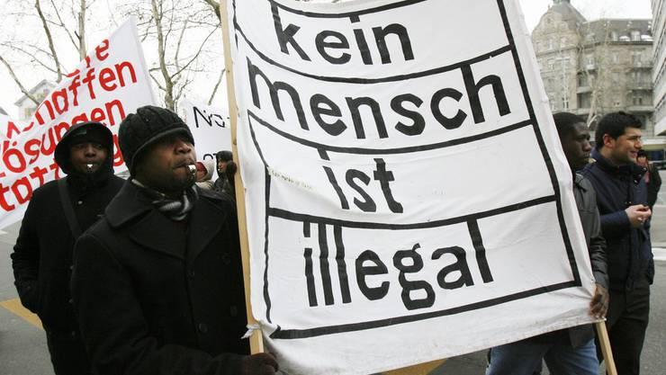 Sans Papiers – hier eine Demonstration in Zürich – sind in der Schweiz versicherungspflichtig. Eine Krankenversicherung zu bekommen, ist aber schwierig.