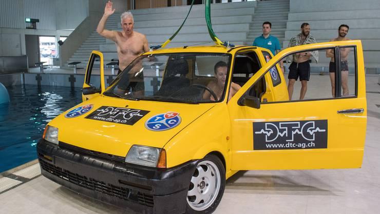 Sie setzten sich ins Auto:Campus-Direktor Daniel Suter und Badmeisterin Hanna Eilert.