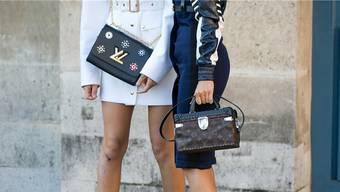 Rivalität um Luxus. Im Bild: Taschen von Yves Saint Laurent und Louis Vuitton.