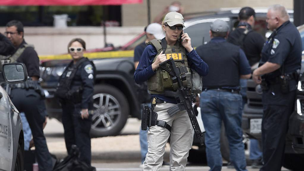Ein Team der Polizei untersucht zusammen mit dem FBI den Tatort eines Dreifachmordes. Der Verdächtige ist immer noch auf freiem Fuss. Der Ex-Polizist soll in Austin auf mehrere Menschen geschossen und drei von ihnen getötet haben.