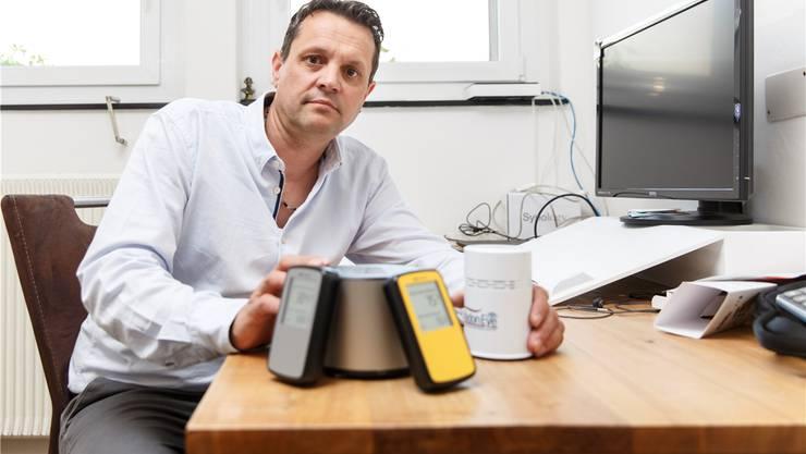 Als Radonfachperson dem radioaktiven Gas auf der Spur: Andreas Bischof mit seinen Messgeräten.