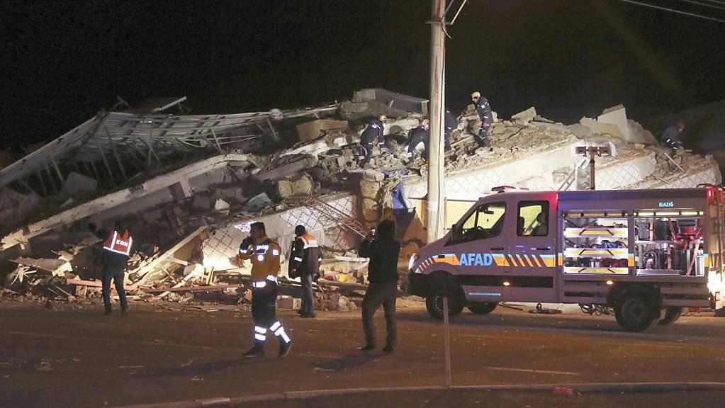 Ein starkes Erdbeben hat die osttürkische Provinz Elazig und die benachbarten Regionen erschüttert.