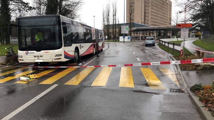 Hier in Baden-Dättwil ist ein Fussgänger bei einem Unfall unter einen Linienbus geschleudert worden.