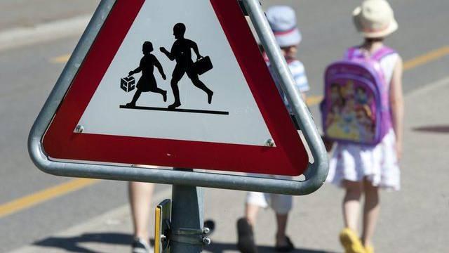 Kinder halfen bei Verkehrskontrollen mit, um Raser vor den Gefahren auf dem Schulweg zu warnen  (Symbolbild)