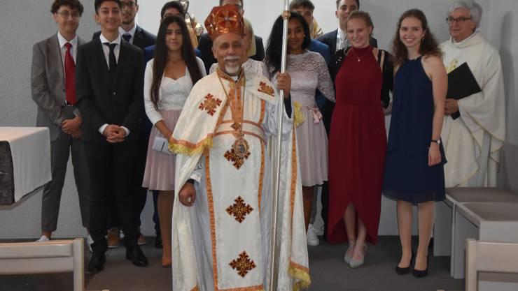 Bischof Samaan mit Jugendlichen