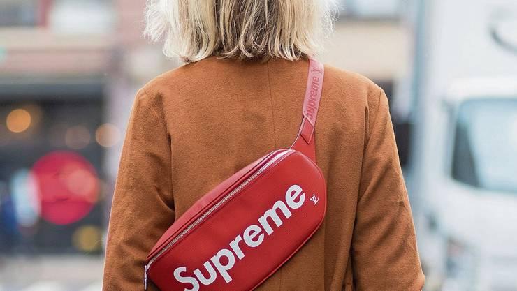 Eine Bauchtasche mit dem originalen Supreme-Logo. Bild: Christian Vierig/Getty (New York, 6. September 2017)