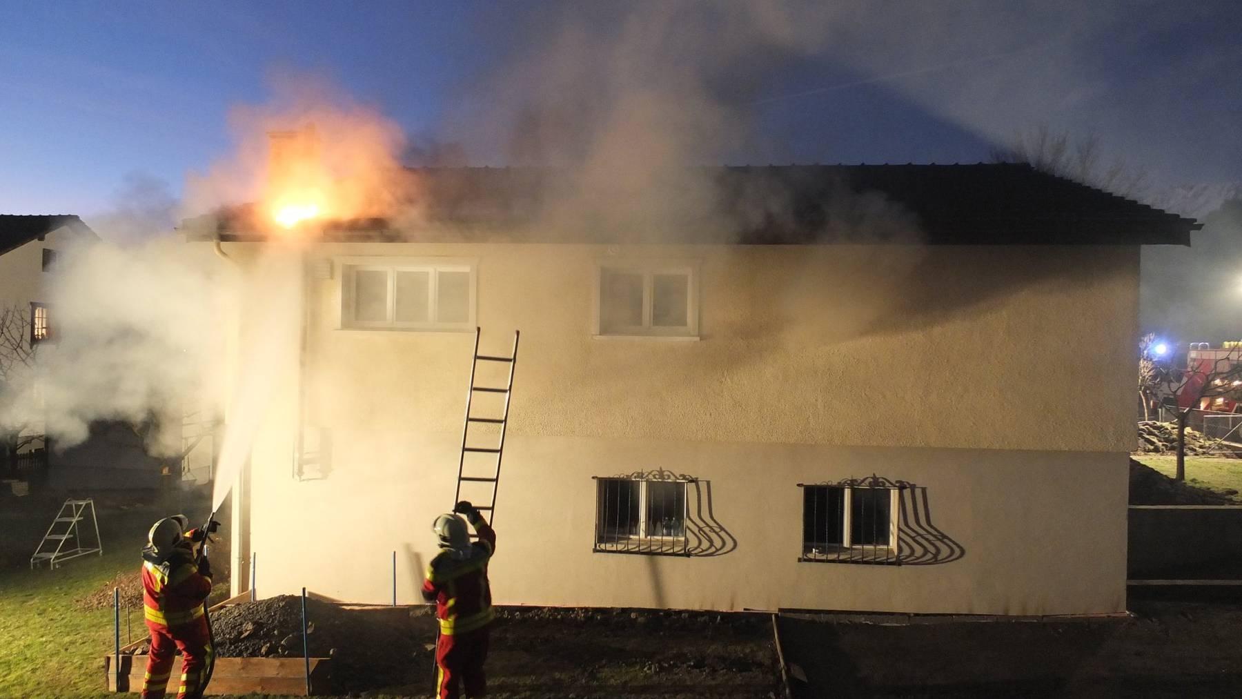 Der Brand bricht bei einer Steckdose aus.