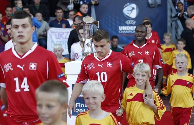 Granit Xhaka und Xherdan Shaqiri laufen am Pokal vorbei, im Final gegen Spanien gibt's eine 0:2-Niederlage.