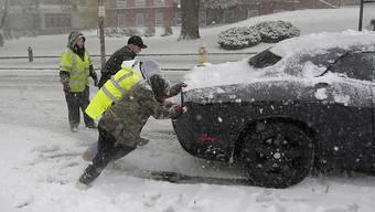 Ein Schneesturm sorgt im Osten der USA für Chaos. Flüge wurden gestrichen, vereiste Leitungen führten zu Stromausfällen.
