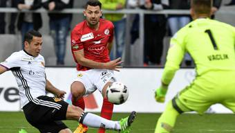 Gianluca Frontino (mitte) gegen Basels Marek Suchy (links) beim Cup Halbfinalspiel, FC Winterthur gegen FC Basel, im April 2017.