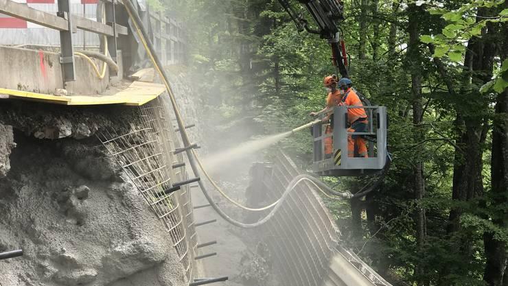 Baustelle Grenchenbergstrasse: Hier wird der Beton gespritzt.
