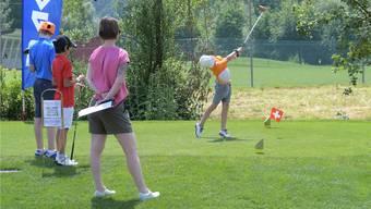 Tim Niederbacher beim Abschlag: Der junge Golfer spielt beim Golfclub Unterengstringen und setzte am «Pädes Junior Golf Open» auf seinen Heimvorteil. Mic hel Sutter