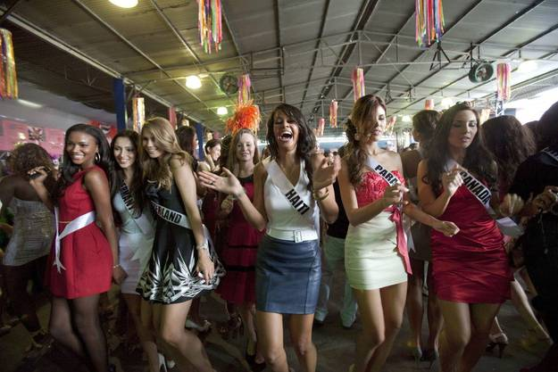 Kandidatinnen besuchen eine Sambaschule