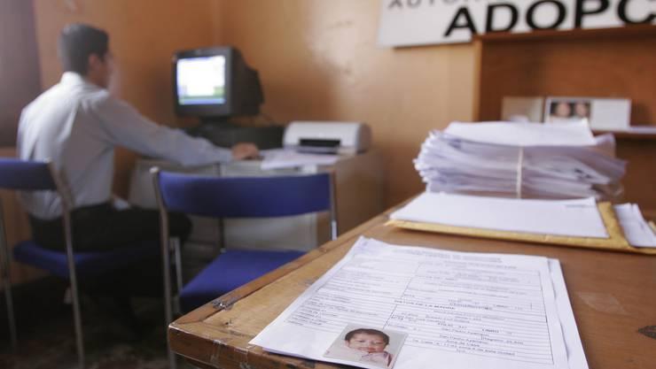 Das Ehepaar umging zuerst das Adotionsverfahren und fälschten die Geburtsurkunde.