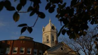 """In ihrem Heimatstädtchen Monroeville ist die Schriftstellerin Harper Lee am Samstag beigesetzt worden. Die Autorin von """"To Kill a Mockingbird"""" starb am Freitag 89-jährig."""