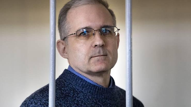 ARCHIV - US-Amerikaner Paul Whelan, der Ende 2018 wegen Spionageverdachts in Russland verhaftet wurde, steht hinter Gittern und wartet auf eine Anhörung in einem Gerichtssaal. Foto: Alexander Zemlianichenko/AP/dpa
